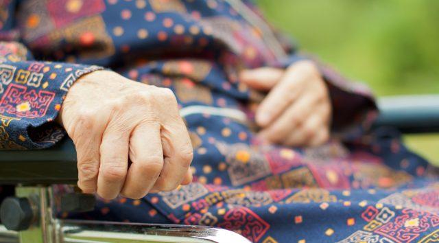 Hyvään hoivaan ja hoitajien palkkaamiseen tarkoitetut rahat valuvat kuntien pohjattomaan kassaan